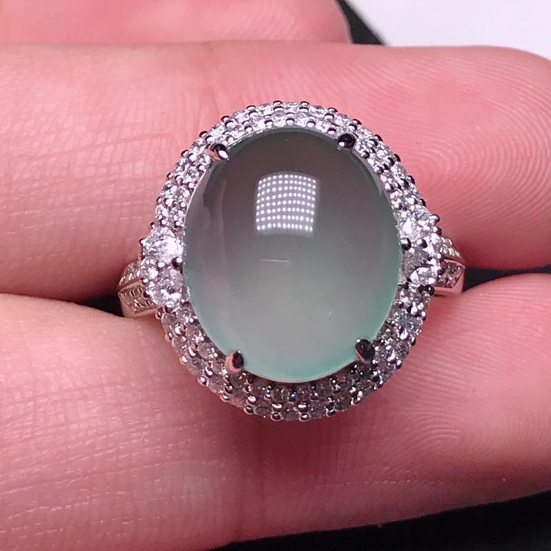 诚意推荐(大尺寸)老坑高冰种起荧光戒指。荧光十足,整体起强刚性玻璃光泽。裸石饱满圆润厚装。18