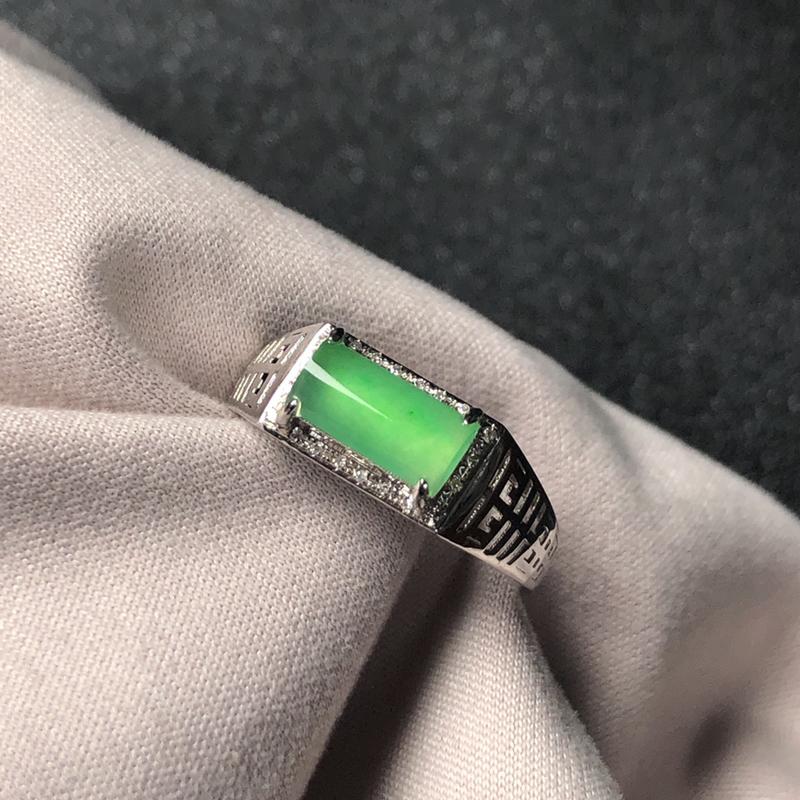 冰种满绿翡翠马鞍戒指,色泽均匀清新,水润通透,质地细腻,18k金镶嵌!裸石:8.9*4.3*2.2毫