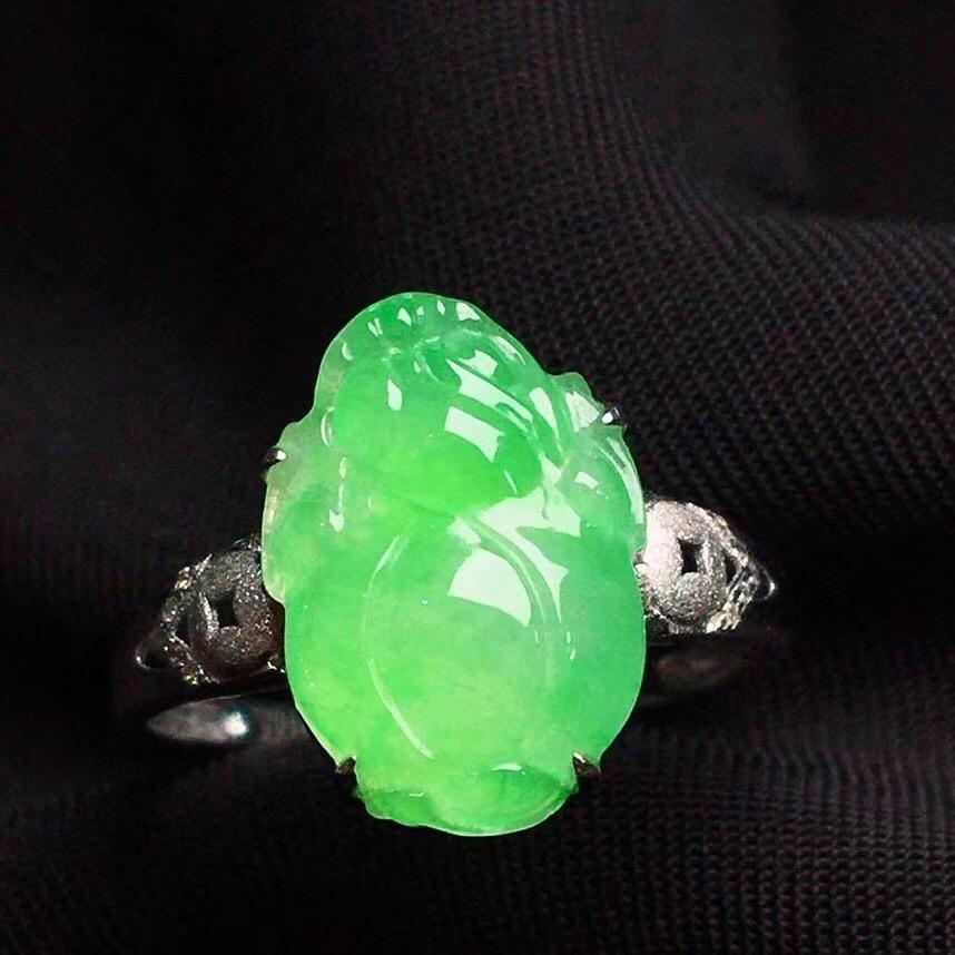 满绿貔貅戒指,色泽鲜艳,玉质细腻,料子干净,莹润光泽,18K金镶嵌钻石,裸石:13.2*9.3*3.