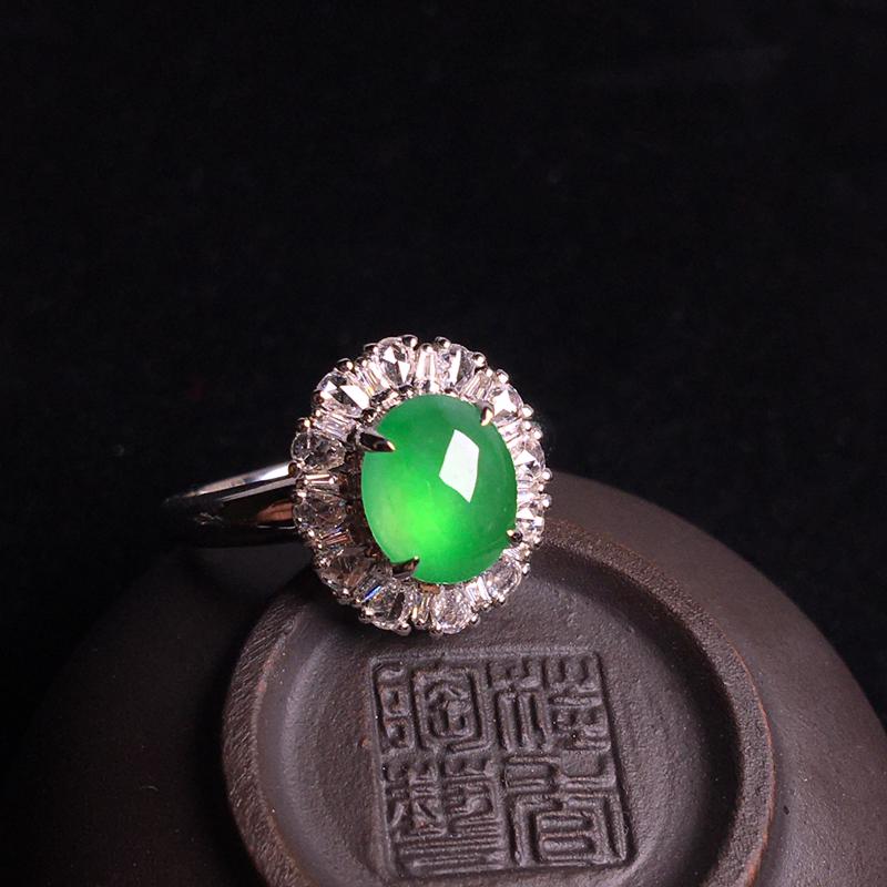 18k金伴钻镶嵌高冰阳绿蛋面戒指,细腻冰透,种好通透,翠色欲滴,种色俱佳,裸石:8*7*3,整体:1