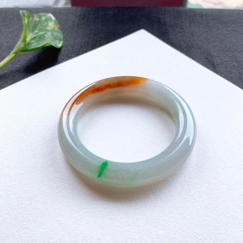黄加绿圆条手镯,尺寸56.5*12*11 ,种质细笔,釉洁水润,色彩鲜明,艳丽醒目!