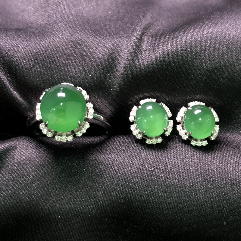 【超值推荐】满绿蛋面戒指/耳钉套装,18K金豪华镶嵌,种水超好,玉质细腻。
