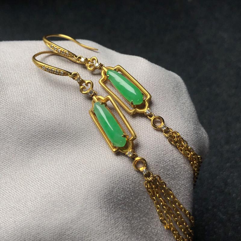 气质款翡翠镶嵌流苏耳坠,18k金镶嵌,色泽明亮鲜绿,水润细腻,非常有质感,佩戴修饰脸型,美丽动人!裸