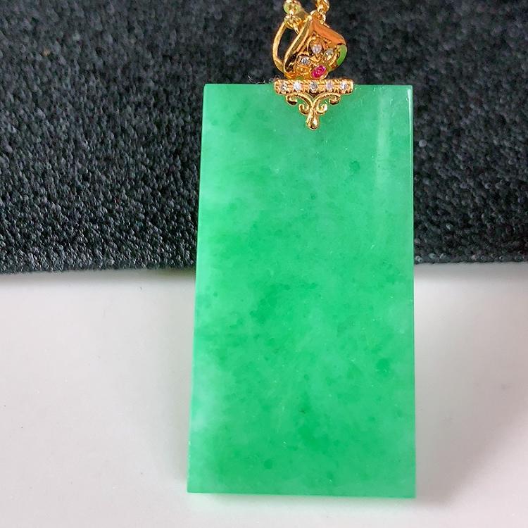 自然光实拍~18k金伴钻镶嵌满绿平安无事牌翡翠吊坠,四季平安,沁人心脾,(搭配宝石)设计精美,佩戴效