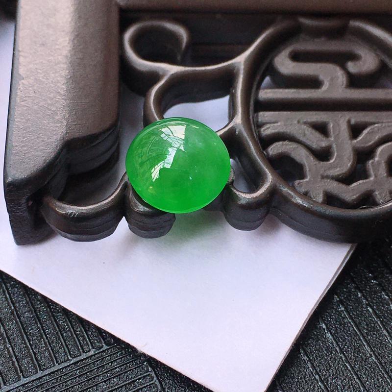 翡翠满绿戒面裸石,种老,玉质细腻水润,颜色漂亮,镶嵌后更好看。