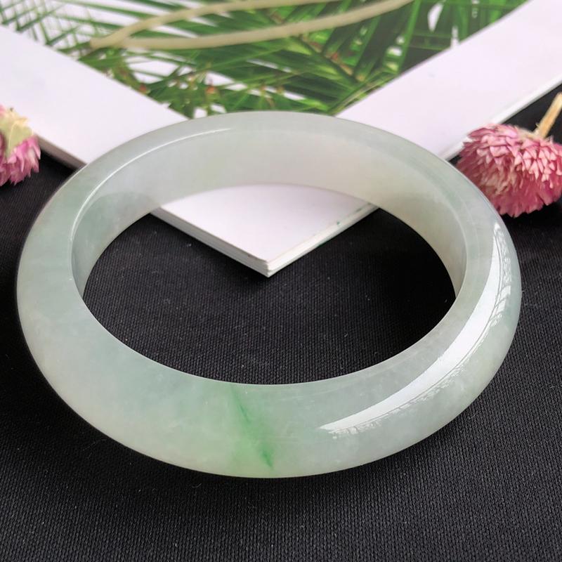 天然a货翡翠冰糯种飘绿宽边手镯,玉质细腻,种水足,圈口:56.3mm