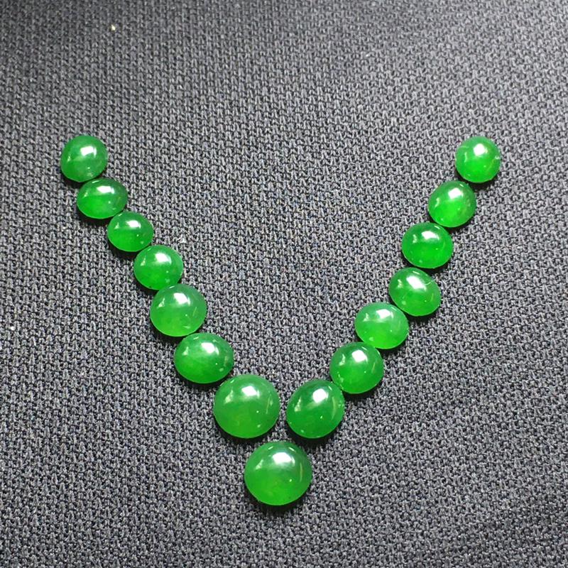 冰绿蛋面裸石,底子细腻,种老水足,没有纹裂,干净起光,可镶嵌成手链、项链或其他款式。 (注意尺寸)尺