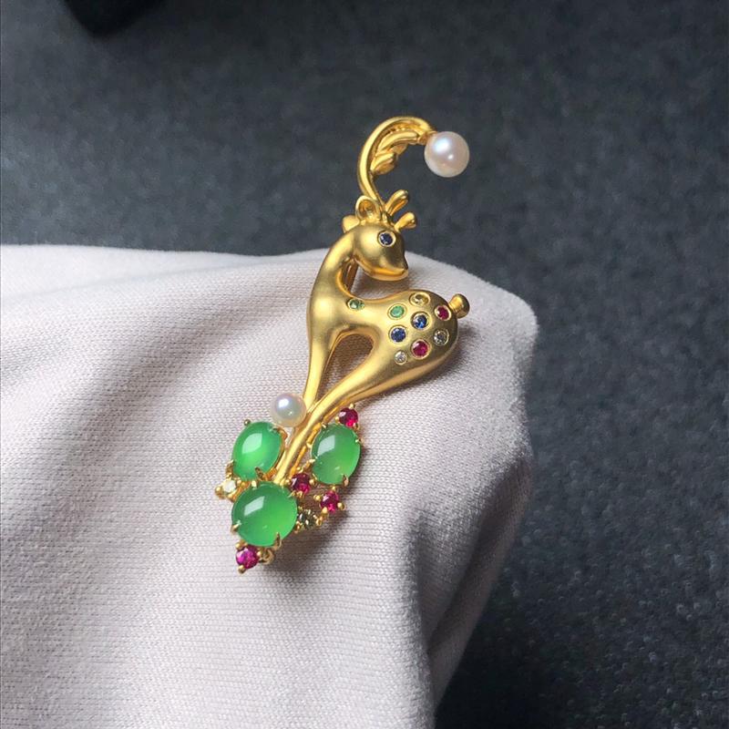 一路有你胸针,18k金搭配满绿翡翠蛋面,珍珠和彩宝石独特设计镶嵌,重金镶嵌,有质感,佩戴精致大方!