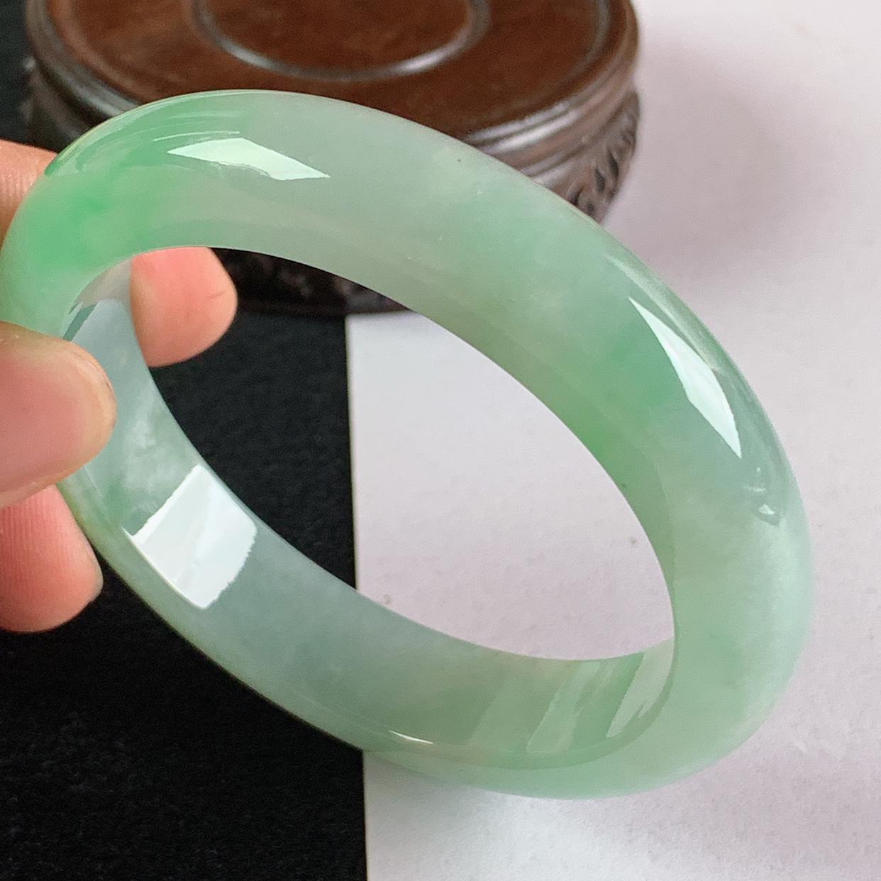 缅甸a货翡翠,水润飘绿正圈手镯56.7mm,玉质细腻,色彩艳丽,俏色迷人,条形大方得体,佩戴效果好
