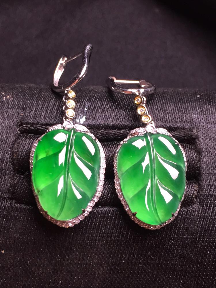 满绿玉叶耳坠,18k金豪华镶嵌,种水超好,玉质细腻。