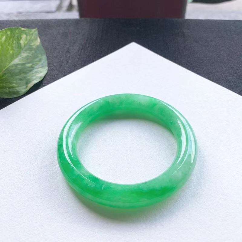 满绿圆条手镯,尺寸55.5*11*11.5 版型圆润,釉洁水润,颜色鲜艳,明媚动人,上手贵气显眼!