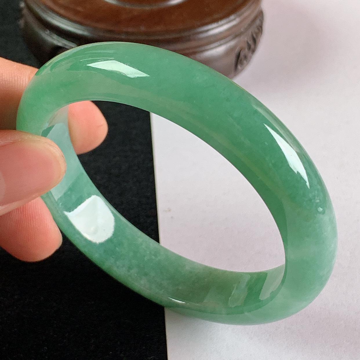 缅甸a货翡翠,水润满绿正圈手镯56.4mm,玉质细腻,色彩艳丽,青翠迷人,条形大方得体,佩戴效果好
