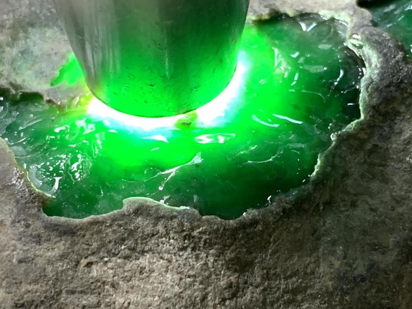 4.68公斤莫湾基场口开窗手镯色料,打灯阳绿表现,表现杠杠的,出货漂亮,收藏料。