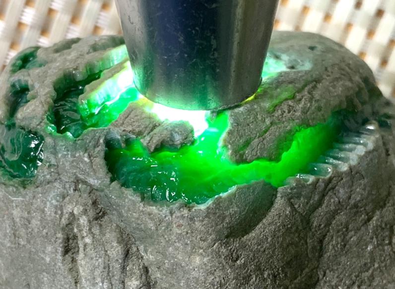 807克南齐场口精品开窗色料,开窗面积大色阳色绿色正水头长值得收藏,值得收藏。