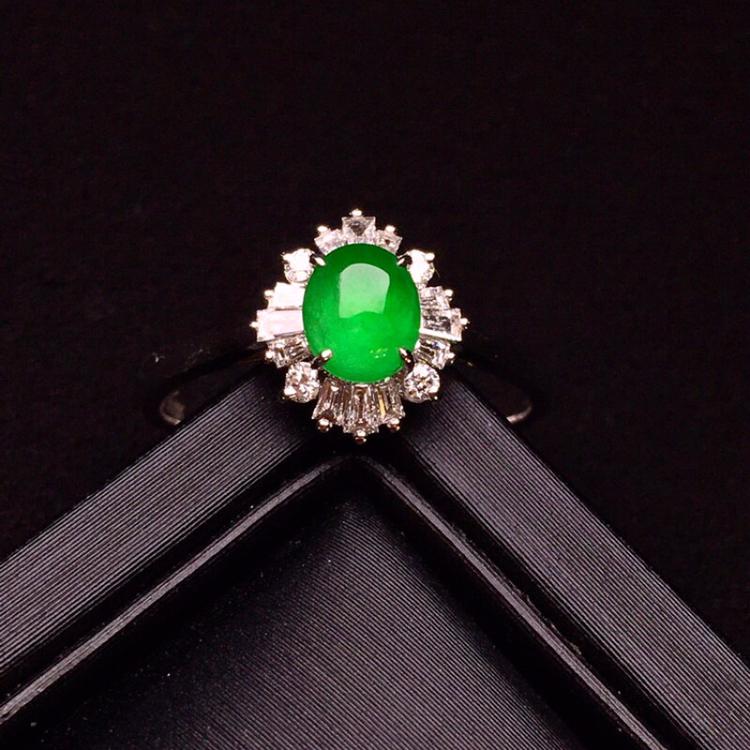 18K金钻镶嵌满绿蛋面戒指 玉质圆润细腻 色泽均匀艳丽 款式高贵优雅时尚唯美 上手亮眼 圈口12整体