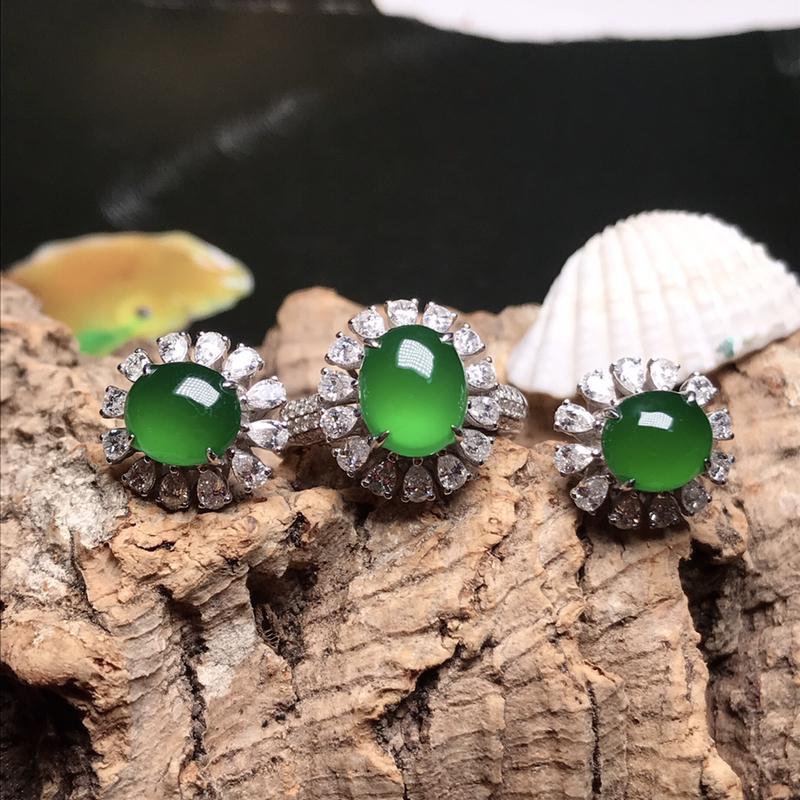 收藏品老坑高冰种满绿戒指耳钉套装。蛋面全部达到高冰种水,种老冰透,荧光闪耀,色泽冰阳,浓郁娇艳,