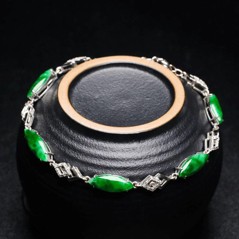 18K金伴钻镶嵌随形翡翠手链,色泽清新,灵动飘逸,佩戴效果大方漂亮,手链总长约184.5mm取一裸