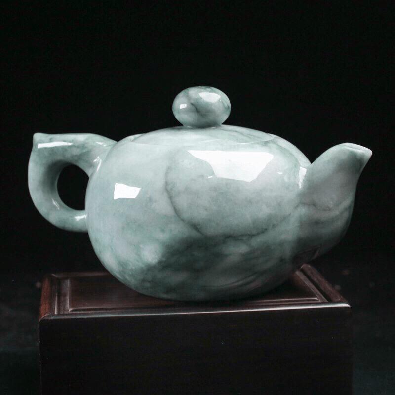 茶壶翡翠摆件,手工雕刻,色泽清新,雕工精细,壶身尺寸136.7*88.2*75.8mm,配送精美底