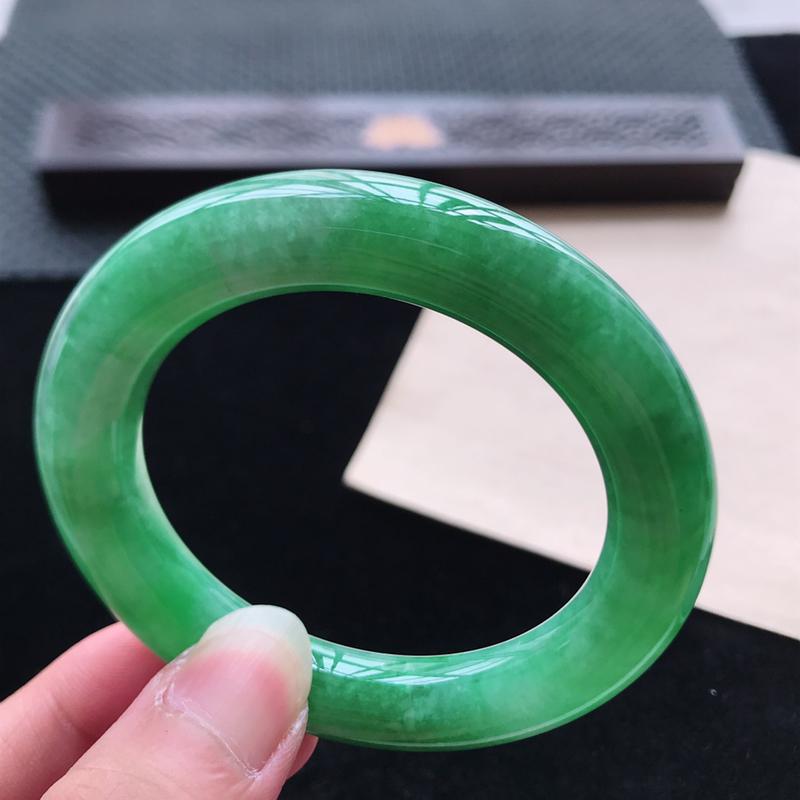 圆条54,缅甸天然翡翠好种手镯,尺寸 : 54*11.6*11.5,玉质细腻水润 ,满绿 ,条形漂亮