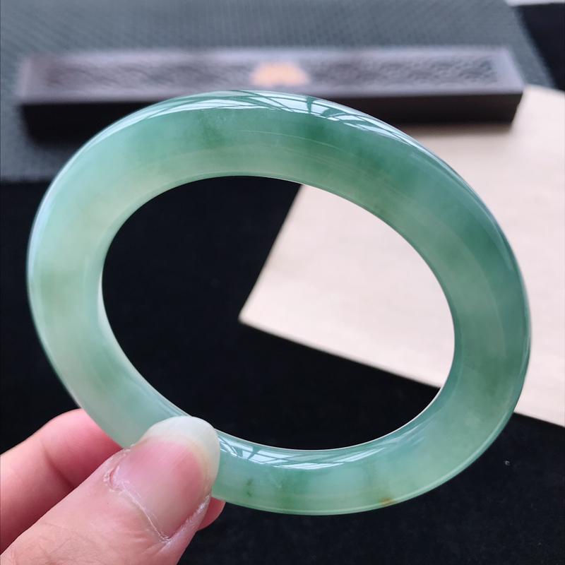 圆条56.4,缅甸天然翡翠好种手镯,尺寸 :56.4*11*10.8 ,玉质细腻水润 ,油青 ,条形