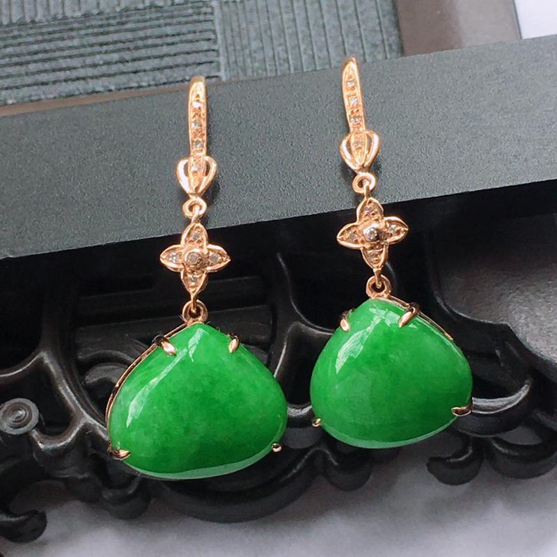 18K金伴钻镶嵌翡翠满绿水滴耳坠,种水好玉质细腻温润,颜色漂亮。裸石尺寸:10.5*12.5*3.6