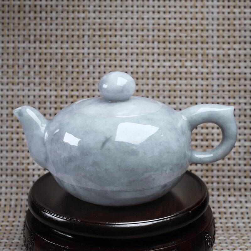 茶壶翡翠摆件。手工雕刻,色泽淡雅,精工细作,壶身尺寸:131.5*87*74.8mm,配送精美底座