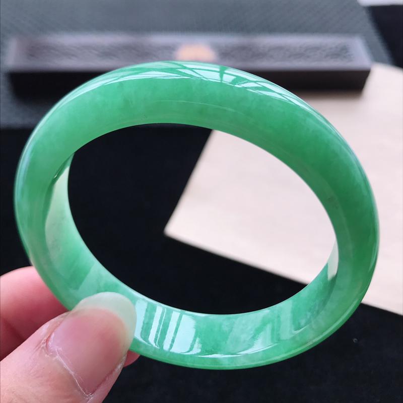 正圈56,缅甸天然翡翠好种手镯,尺寸 : 56*13*7.4,玉质细腻水润 ,满绿 ,条形漂亮,上手