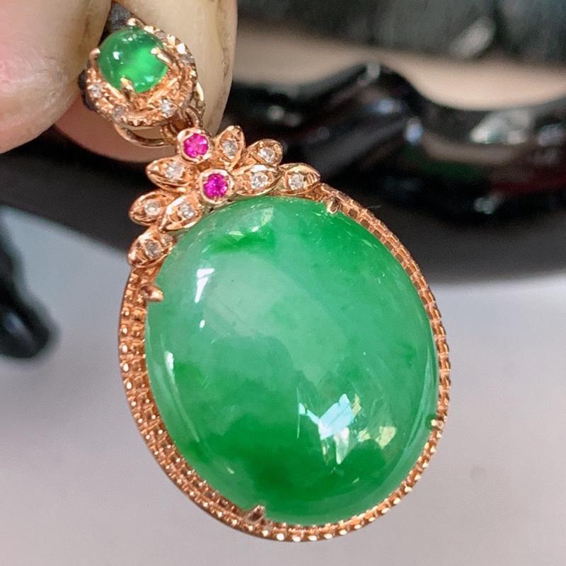 自然光实拍~18k金伴钻镶嵌飘绿翡翠吊坠,沁人心脾,精致典雅的设计,为佩戴者,增添色彩,送礼自留都是