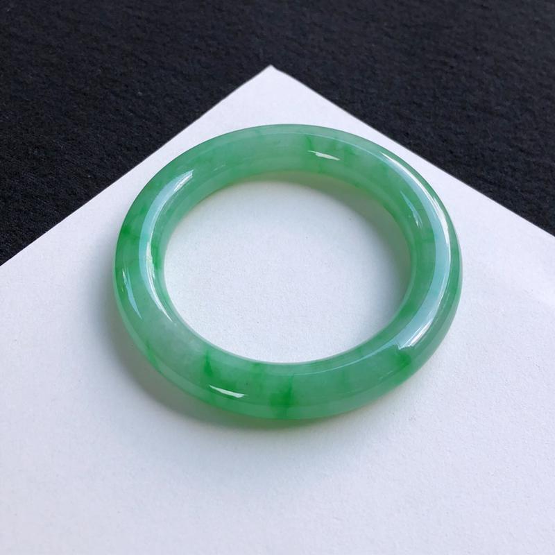 精美飘阳绿圆条手镯54.3mm质地细腻,种好水润,清秀高雅, 佩戴效果迷人