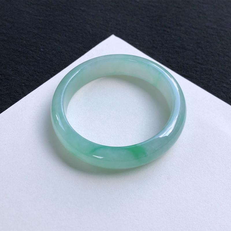 清秀飘绿正圈手镯56mm质地细腻,种好水润,清秀高雅, 佩戴效果迷人