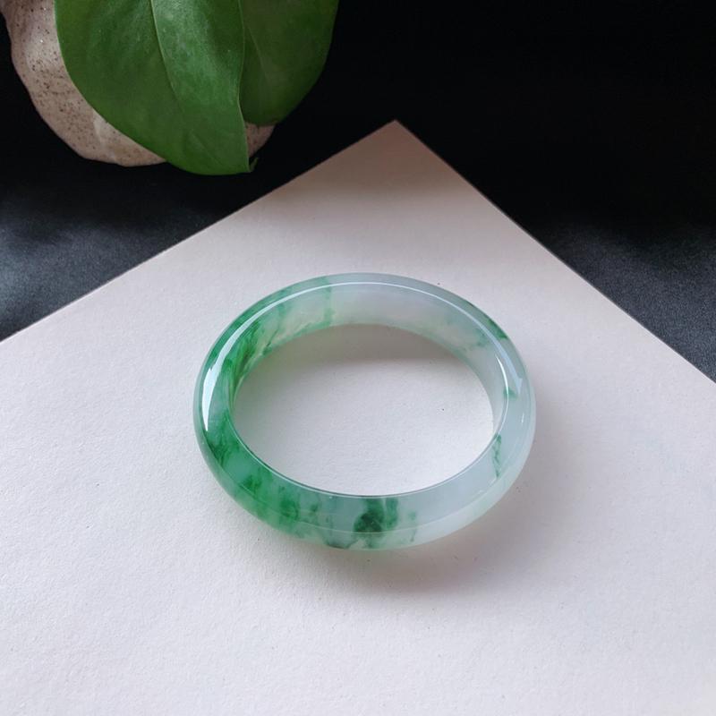 54圈口,飘绿贵妃手镯,水润光泽,绿意鲜翠亮丽,无纹裂。尺寸:54.2-46.2-13.8-7.8m
