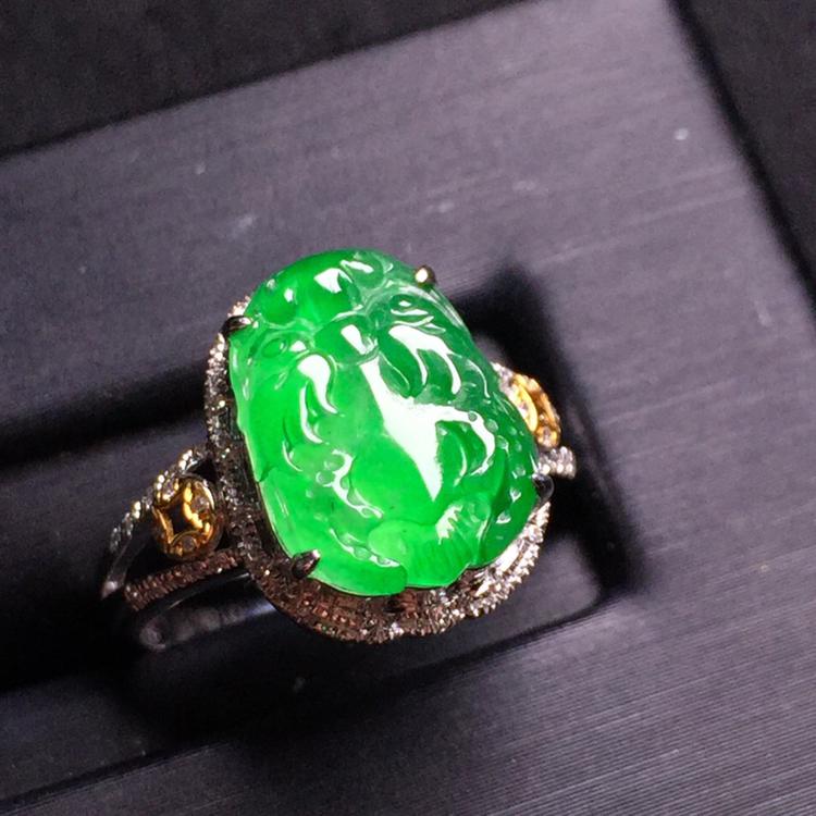 阳绿龙头戒指,18k金豪华镶嵌,种水超好,玉质细腻。