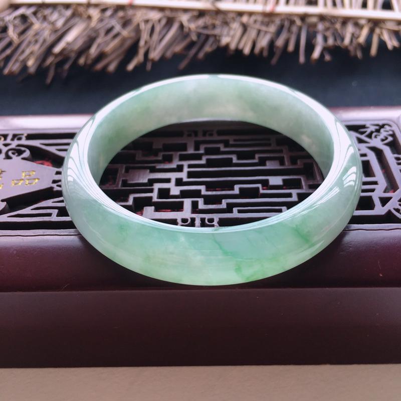 天然翡翠A货飘绿正圈手镯,圈口56.8,色泽清新,质地水润,条形漂亮