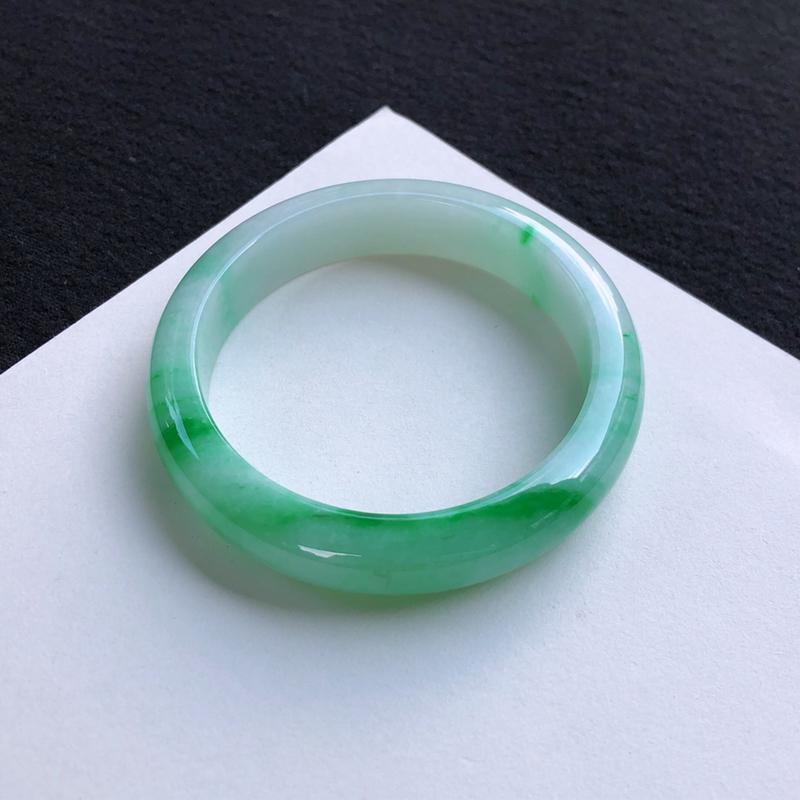 优雅飘绿正圈手镯57.8mm质地细腻,种好水润,清秀高雅, 佩戴效果迷人