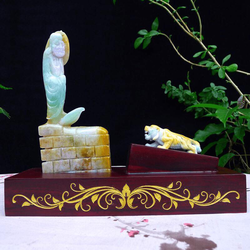 (见性成佛)翡翠俏皮精雕黄加绿达摩大师 悟道精品摆件 达摩底下背面为原石皮。裸石尺寸195*85*2