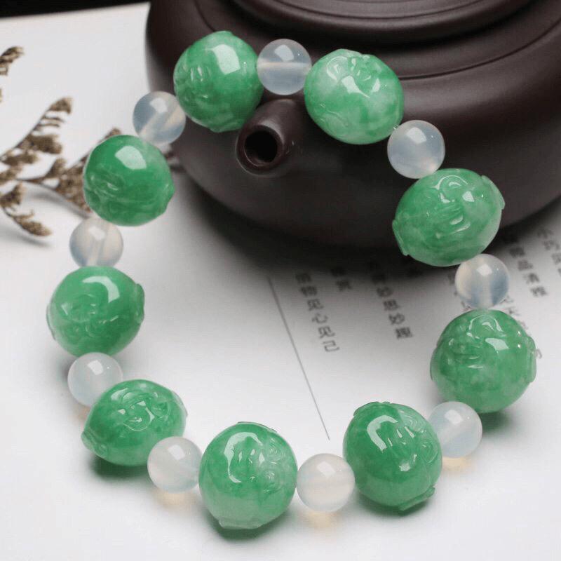 小佛头翡翠手串,共9颗翡翠珠子,取其中一颗珠尺寸:16.7*13.9*12.5mm,雕琢细致,亮丽