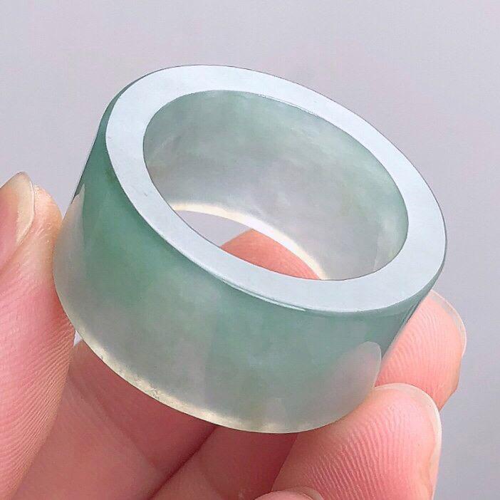 老坑种精美起胶撒金玉扳指 光感强 质地细腻 整个果冻 上手效果更佳 尊显高贵气质 商品尺寸 内径 2