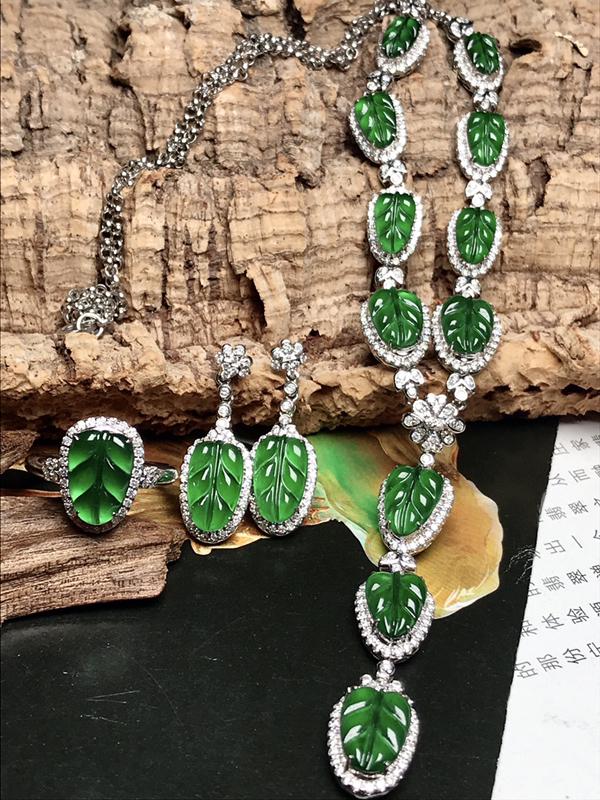 行家货珍藏品质,高冰种满绿金枝玉叶三件套套装,戒指、耳坠、项链。同块原料取材,颜色均匀统一,尺寸