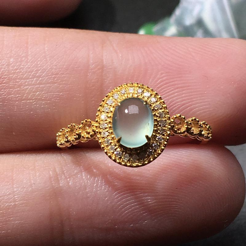 严选推荐老坑玻璃种翡翠蛋面女戒指,18k金钻镶嵌而成,种水无可挑剔,冰胶感十足,荧光四射,晶莹