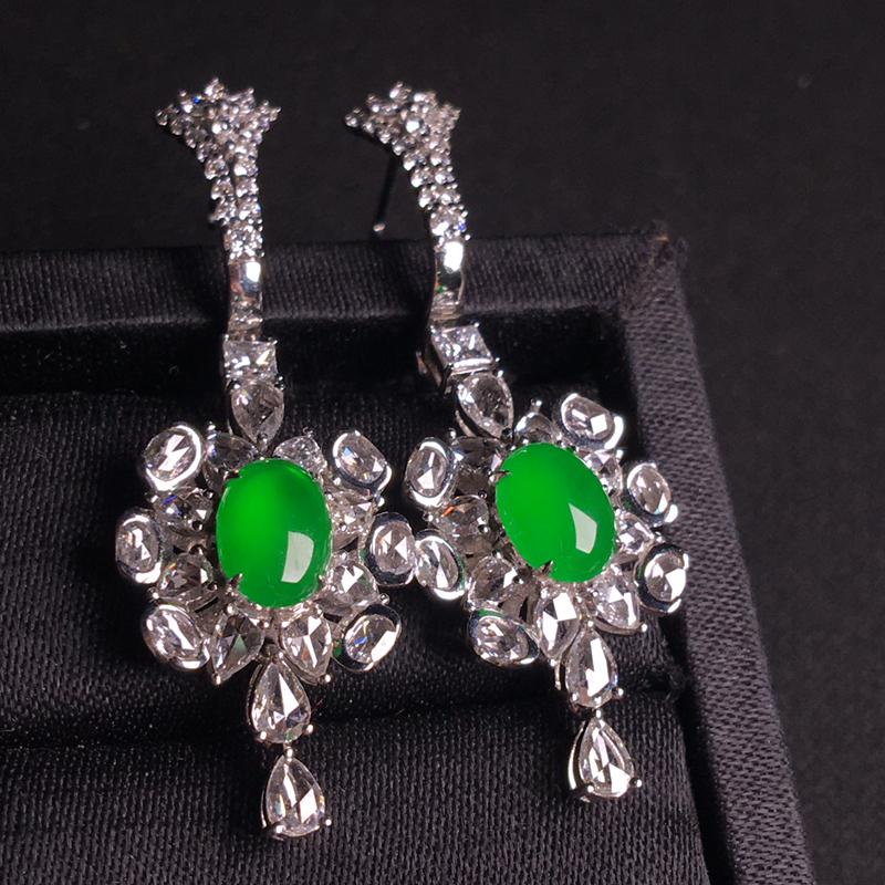 18k金伴钻镶嵌高冰阳绿蛋面耳坠,简单大方,优雅高贵,细腻冰透起胶,种色俱佳,佩戴奢华大气,裸石:8