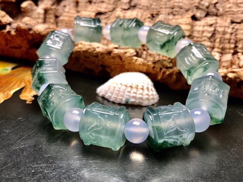 行家货冰种飘花六字真言手串。大颗粒六棱珠,淡晴绿底色,飘很漂亮的蓝花色,清新雅致,素净自然。种水