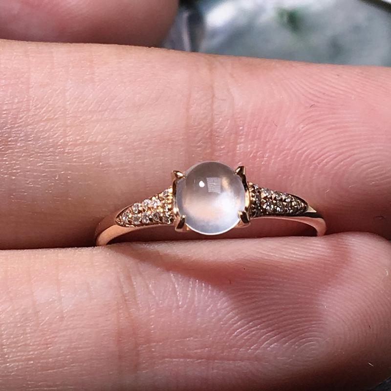 严选推荐老坑玻璃种翡翠小蛋面女戒指,18k金钻镶嵌而成,佩戴效果佳。种水无可挑剔,冰胶感十足,