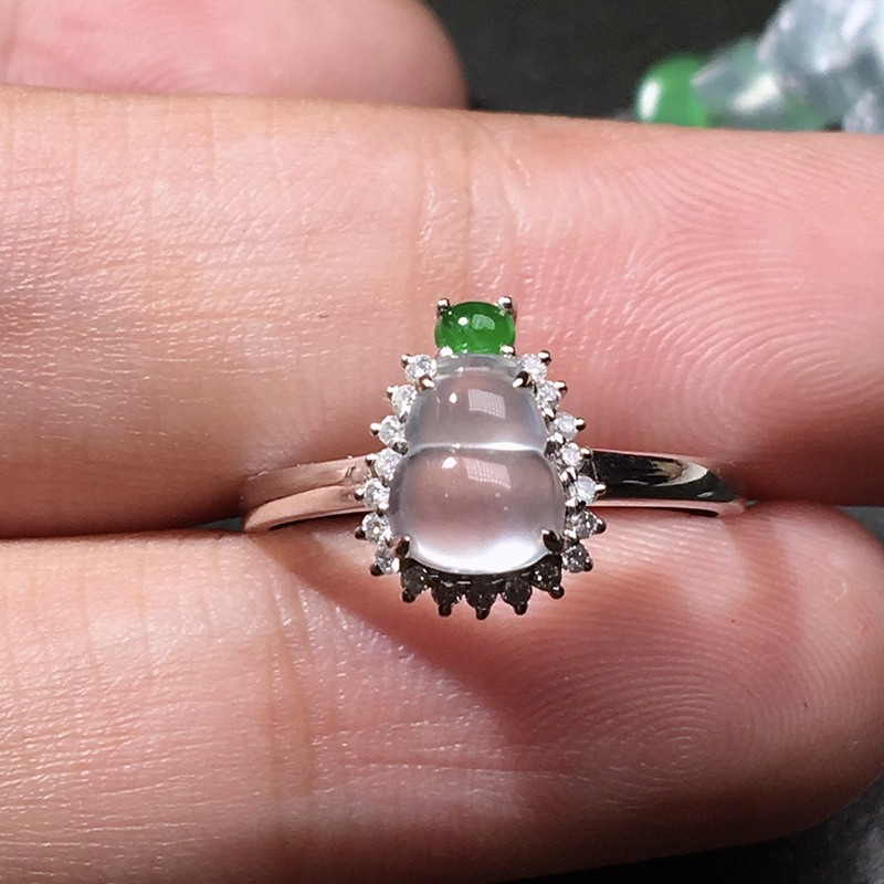 严选推荐老坑玻璃种翡翠葫芦女戒指,18k金钻镶嵌而成,品相佳,佩戴效果佳。种水无可挑剔,冰胶感