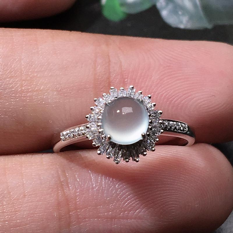 严选推荐老坑玻璃种翡翠蛋面女戒指,18k金钻豪华镶嵌而成,精致小巧,品相佳,佩戴效果佳,尽显气