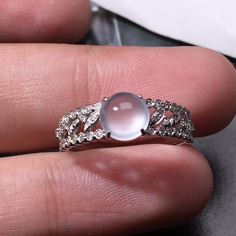严选推荐老坑玻璃种翡翠蛋面女戒指,18k金钻镶嵌而成,佩戴效果佳,尽显气质。 种水无可挑剔,荧