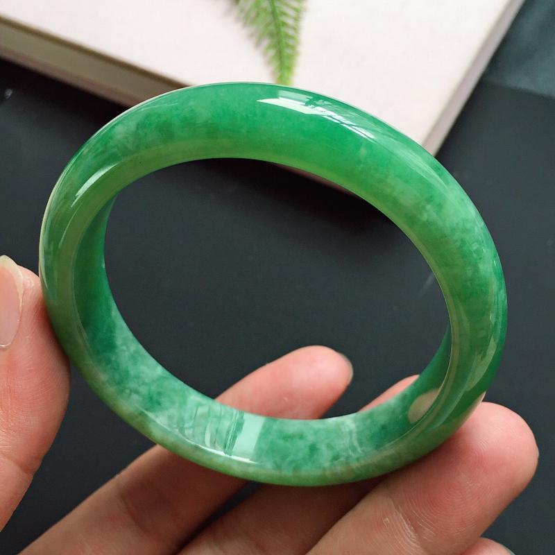 正圈57mm,细豆种满绿豆色翡翠手镯,玉质细腻,颜色碧绿明媚,郁郁葱葱,佩戴亮眼夺目