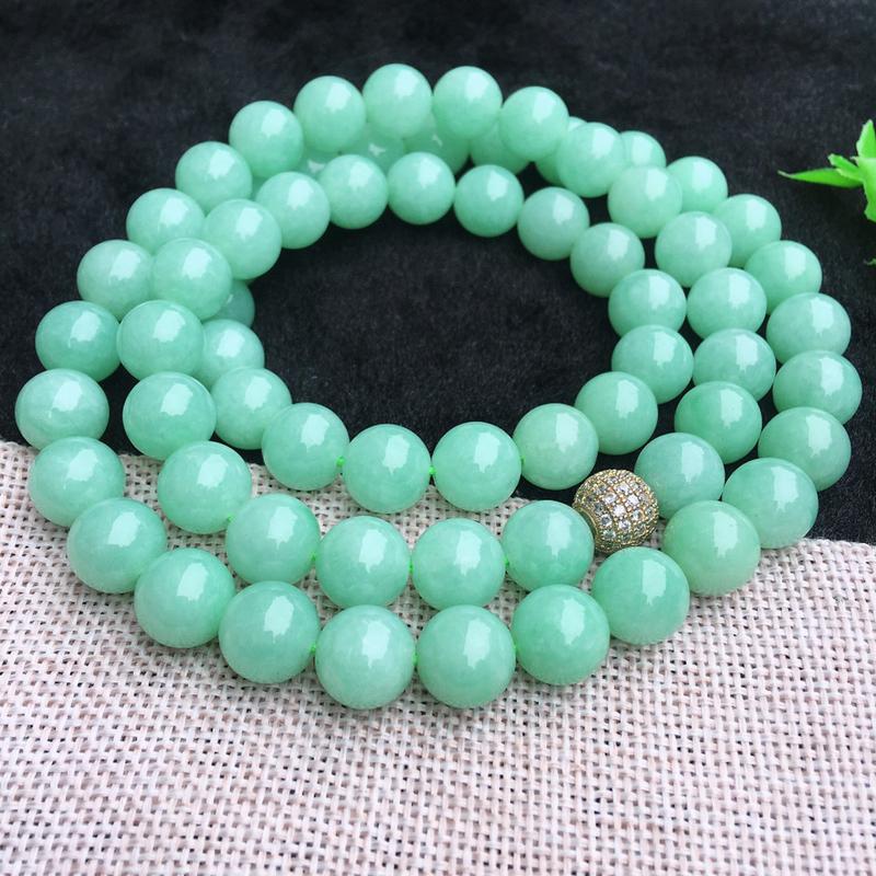 翡翠满色油润油绿圆珠项链,翡翠佛珠玉链,色泽均匀,种老水足,玉质细腻,单珠10.8*mm,共66颗
