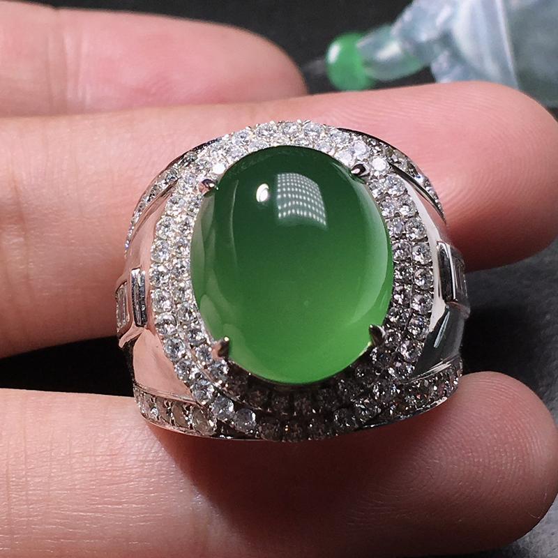 严选推荐珍藏佳品,老坑高冰种浓绿色大鸽子蛋男款戒指,18k金伴钻豪华镶嵌而成,裸石饱满圆润,肥