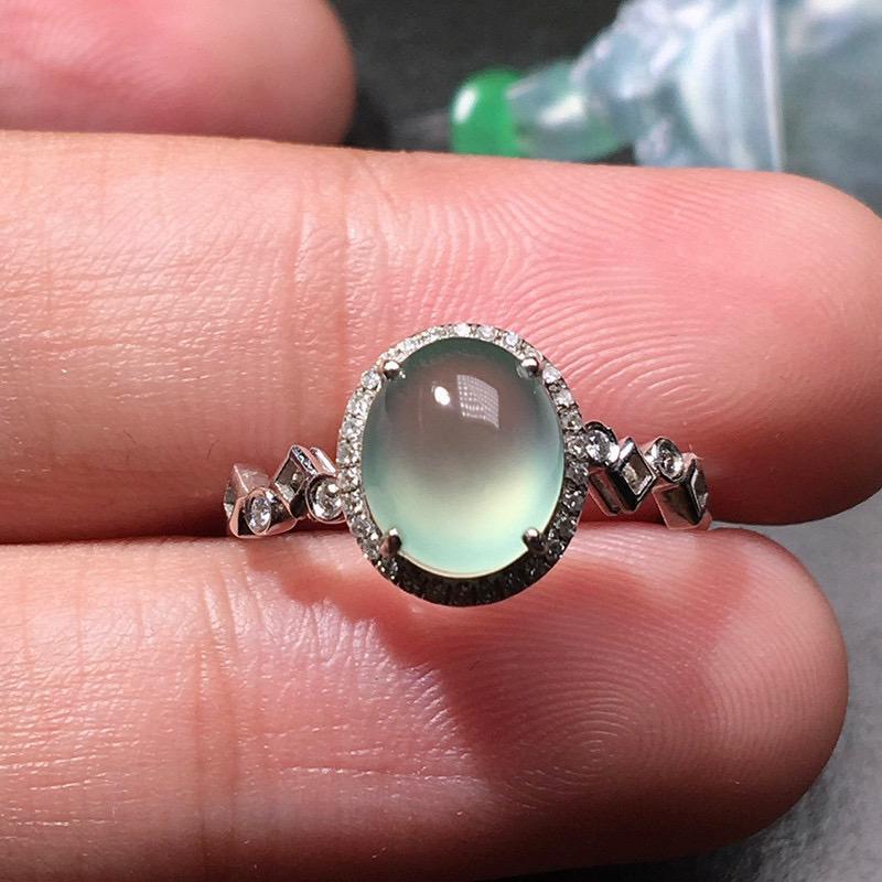 严选推荐老坑玻璃种淡绿底色翡翠蛋面女戒指,18k金钻镶嵌而成,佩戴效果出众,尽显气质。种水很好