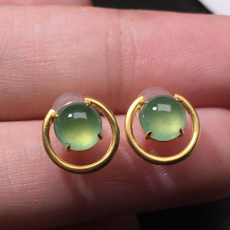 严选推荐老坑高冰种晴绿色翡翠蛋面耳钉,18k金镶嵌而成,品相佳,佩戴效果佳,尽显气质。种水很好